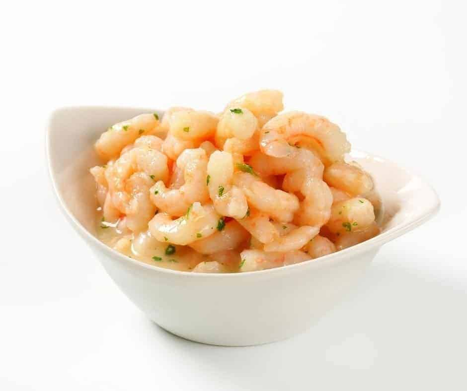Shrimp with butter and lemon in bowl